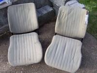 Die zerlegten Original-Sitze.  Man beachte: damals noch keine Kopfstuetzen.